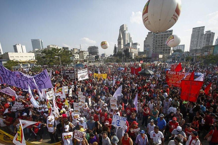 Seguidores de Dilma Roussef expresaron su apoyo para que sera restituida en la Presidencia. (Foto Prensa Libre: AFP).