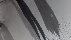 Las rayas oscuras podrían ser avalanchas de arena, dicen expertos de la NASA. NASA/JPL/UNIVERSIDAD DE ARIZONA