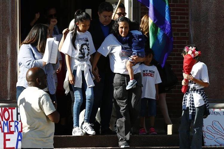 La indocumentada mexicana Jeanette Vizguerra abandona junto con sus hijos la iglesia en la que estaba refugiada en Denver. (Foto Prensa Libre: AP)