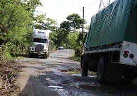 Una de las carreteras en Guatemala en la ruta a El Estor, Izabal, evidencia daños y dificultad para el tránsito de mercadería pesada. (Foto Prensa Libre: Dony Stewart)