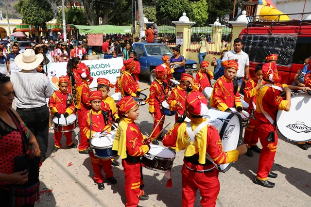 Bandas escolares participan en la inauguración de la vigésima tercera edición de los Juegos Magisteriales Departamentales. (Foto Prensa Libre: Hugo Oliva)