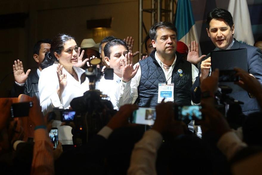 Momento en que Escobar es juramentado como presidente de la Anam. (Foto Prensa Libre: Álvaro Interiano)