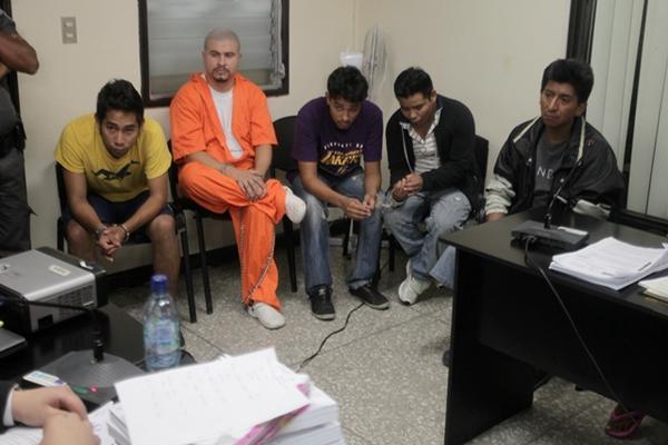 """<p>Los detenidos escuchan el desarrollo de la audiencia judicial. (Foto Prensa Libre: Paulo Raquec)<br _mce_bogus=""""1""""></p>"""