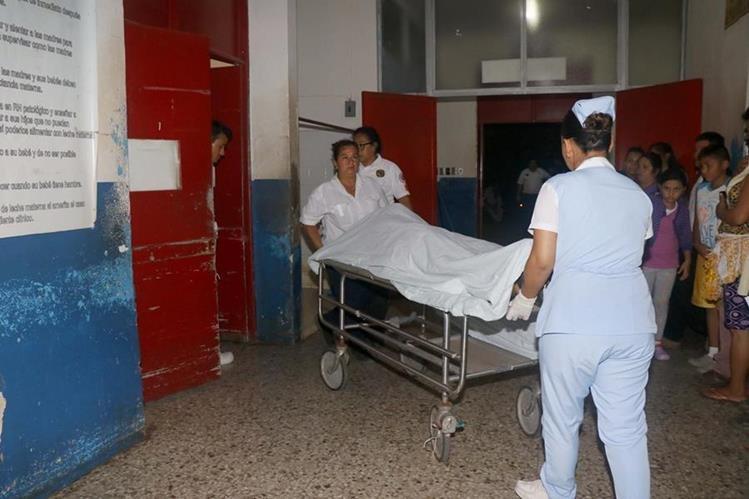 El cuerpo de Jimmy Lusiano Gerónimo Beletsuy de 22 años es llevado a la morgue de Retalhuleu.(Foto Prensa Libre: Rolando Miranda)