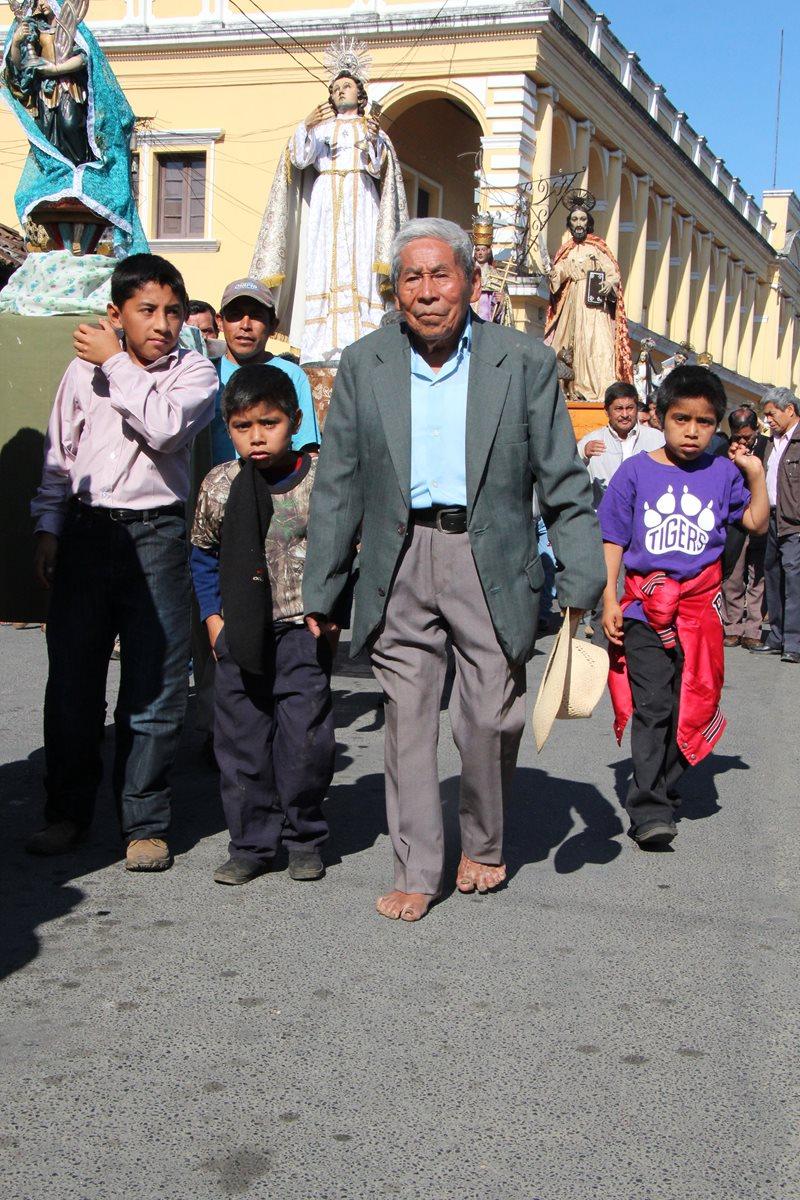 Era típico ver al cofrade Javier Mo Caal caminar descalzo al frente de las procesiones, en Cobán, Alta Verapaz. (Foto Prensa Libre: Eduardo Sam Chun)