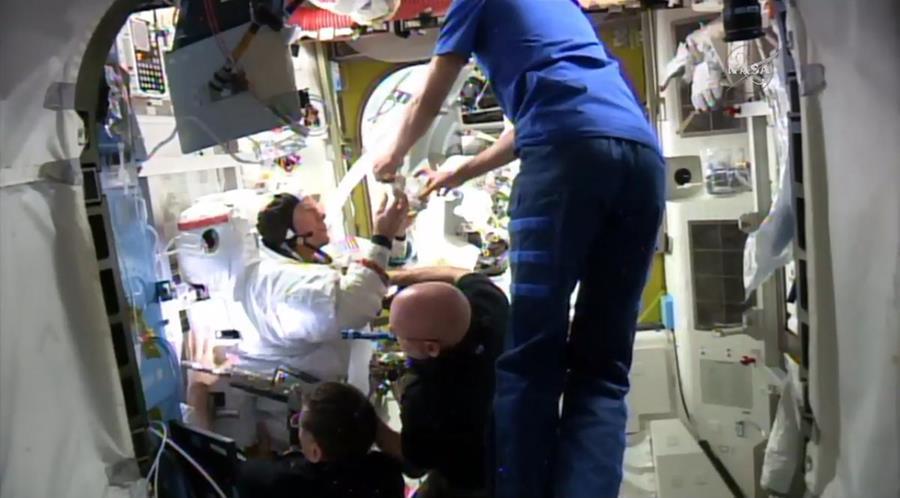El traje espacial del astronauta de la Nasa Timothy Kopra (izq.) se averió después de una caminata espacial. (Foto Prensa Libre: AP).
