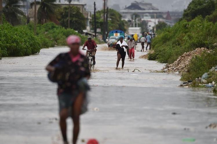 El huracán Matthew golpea con fuerza al empobrecido Haití. (Foto Prensa Libre: AFP).