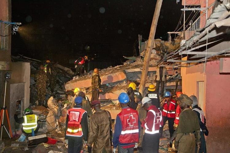 Rescatistas buscan sobrevivientes en medio de los escombros del edificio que se derrumbó. (Foto Prensa Libre: AP).