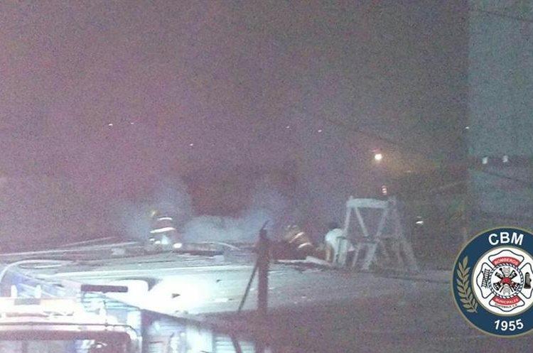 Socorristas se treparon en los techos para poder trabajar. Foto Prensa Libre: Bomberos Municipales.