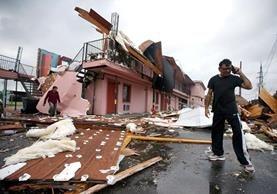 Una escena de destrucción se observa en la avenida Chef Menture en Nueva Orleans, Luisiana.(Foto Prensa Libre:AFP).