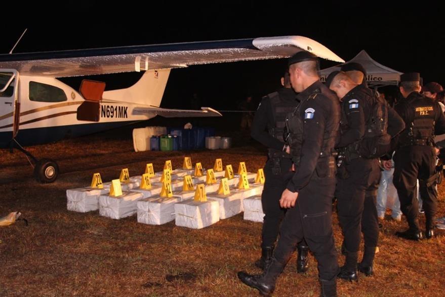 Parte del cargamento, posiblemente droga, que era transportado en la avioneta. (Foto Prensa Libre: PNC)