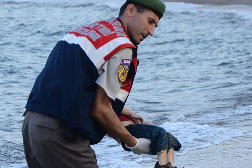 El 2 de septiembre del 2015 sucedió un hecho que conmovió al mundo: la muerte del pequeño inmigrante sirio Aylan Kurdi de tan solo 3 años de edad. Murió ahogado, su cuerpo sin vida apareció de espaldas al sol como quien durmiera en una playa turca. En la fotografía, un oficial turco lo cara al borde de las lágrimas. (Foto Prensa Libre: Hemeroteca PL).