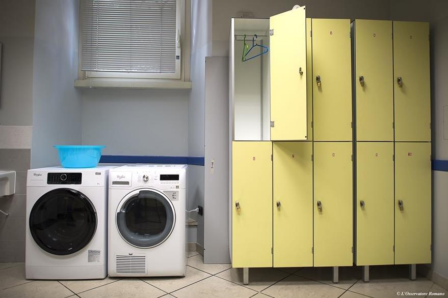 El albergue también cuenta con área de lavandería. (Foto Prensa Libre: AP).