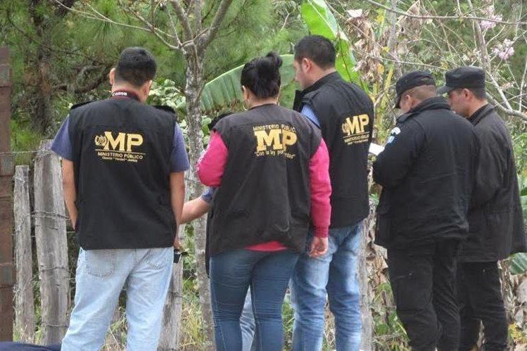 Autoridades recaban evidencias en la cabecera de Chiquimula, donde un hombre murió a balazos. (Foto Prensa Libre: Mario Morales)