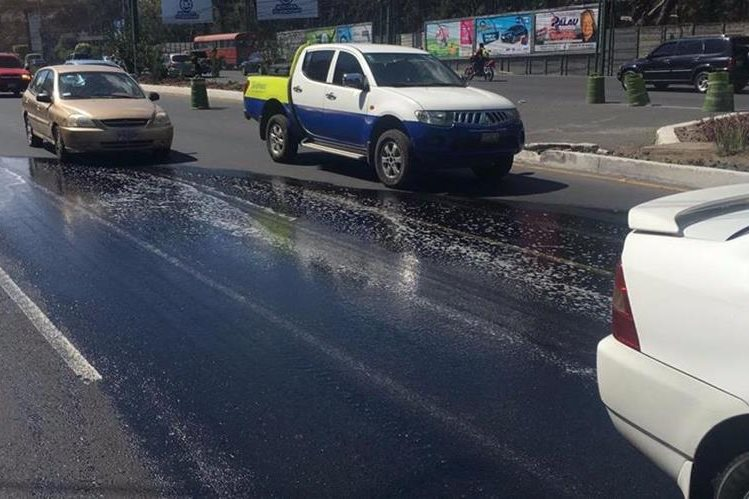 Lugar donde un tráiler derramó combustible en el kilómetro 15 de ingreso a la capital desde ruta Interamericana. (Foto Prensa Libre:Muni Mixco).