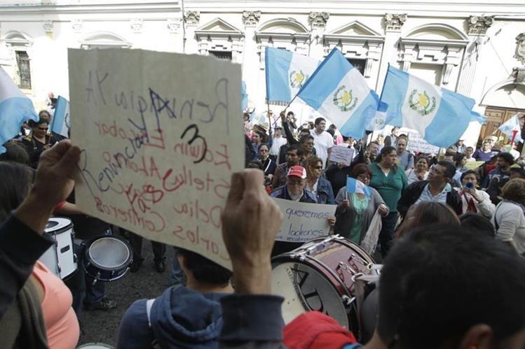 Decenas de personas manifestaron frente al Congreso este sábado. (Foto Prensa Libre: Edwin Bercián)