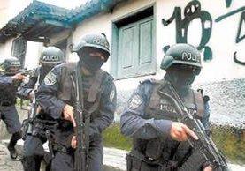 Policías de El Salvador realizan operativos para capturar a pandilleros. Ese es uno de los países más afectado por las maras. (Foto Prensa Libre: Hemeroteca PL)