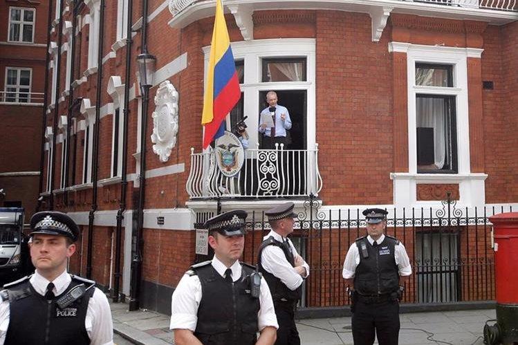 Julian Assange, fundador de WikiLeaks está refugiado en la embajada ecuatoriana desde el 2012.