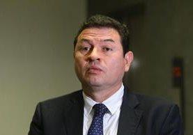 Abogado Roberto López Villatoro llegó al MP para ponerse a disposición de las investigaciones. (Foto Prensa Libre: Álvaro Interiano)