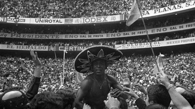 La primera Copa del Mundo en México vio a Brasil y su figura Pelé ganar el campeonato, considerado como uno de los mejores equipos de todos los tiempos. (GETTY IMAGES)