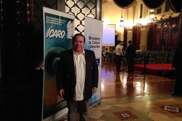 <p>El director del Festival Ícaro dio la bienvenida a los invitados a la inaguración de la edición 17 del evento. (Foto Prensa Libre: Pamela Saravia)</p>