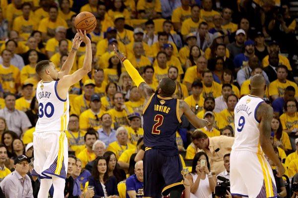 Stephen Curry no tuvo una gran faena, al contabilizar únicamente 11 puntos. Sin embargo, su equipo lució a la perfección (Foto Prensa Libre: AP)