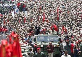 Maduro saluda a la Milicia en Caracas. (Foto Prensa Libre: EFE)