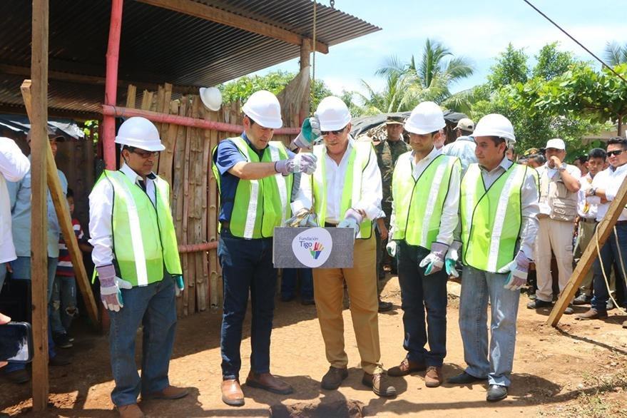 Autoridades de la Fundación Tigo y el presidente Jimmy Morales participan en inauguración de proyecto de construcción de una escuela en El Asintal. (Foto Prensa Libre: Rolando Miranda)