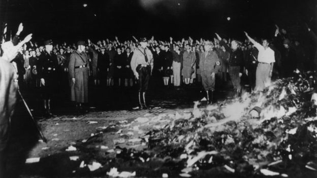 En los años 30 los nazis empezaron a quemar libros de autores judíos, entre ellos las obras de Freud. GETTY IMAGES