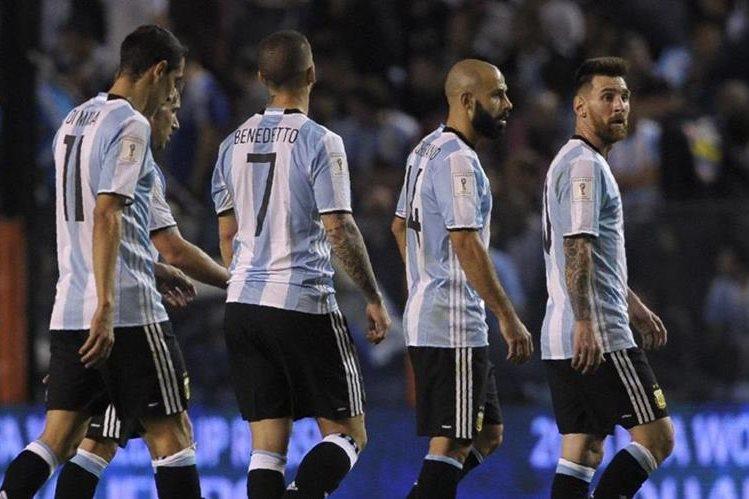 Los jugadores de la Selección de Argentina muestras su tristeza tras el empate contra Perú. (Foto Prensa Libre: AFP).