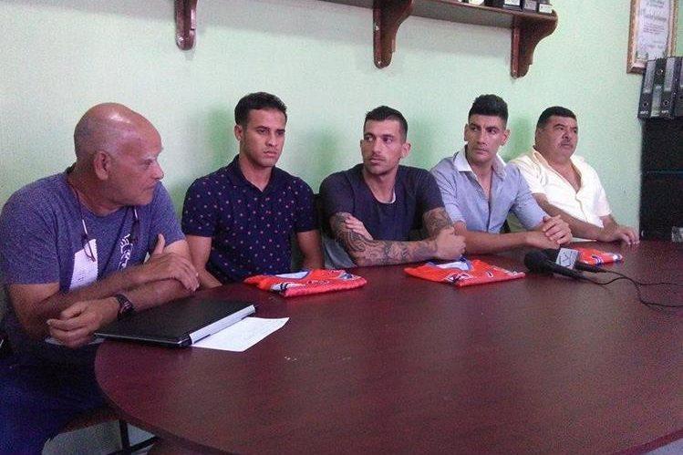 Wálter Claverí—izq—, técnico de Suchi, durante la presentación de los nuevos jugadores. (Foto Prensa Libre: Omar Méndez)