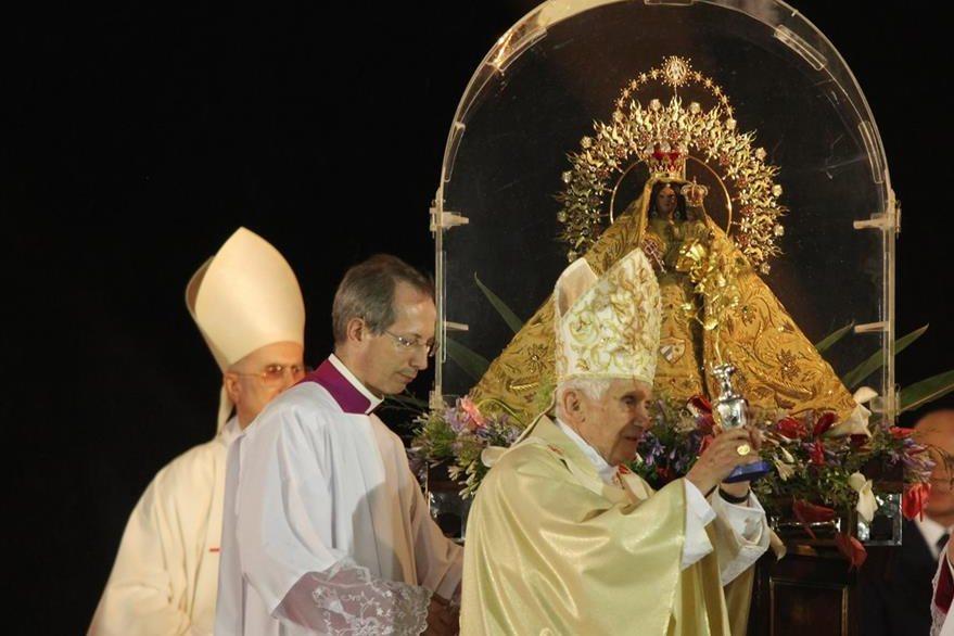 El Papa Benedicto XVI deja una rosa de oro a los pies de la Virgen de la Caridad del Cobre, Patrona de Cuba el 26 de marzo de 2012. (Foto: EFE)