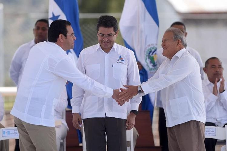 De izq. a der. el mandatario de Guatemala, Jimmy Morales; el de Honduras, Juan Orlando Hernández y el de El Salvador, Salvador Sánchez Cerén, durante el acto de lanzamiento del plan. (Foto Prensa Libre: AFP).