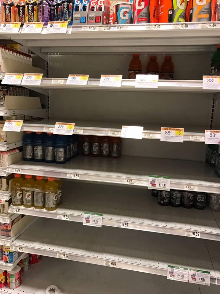Estanterías de un centro comercial en Miami, EE. UU. lucen desabastecidas ante la llegada del huracán Matthew. (Foto cortesía: Marcos Andrés Antil).