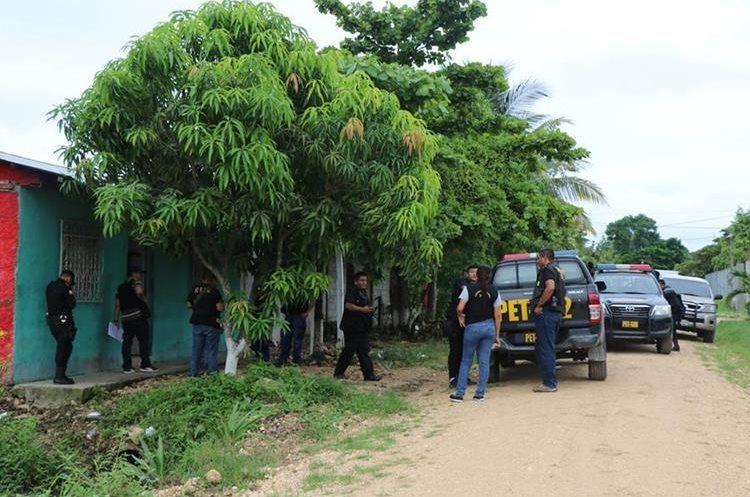 Agentes policiales, durante un allanamiento en San Benito, Petén. (Foto Prensa Libre: Rigoberto Escobar)