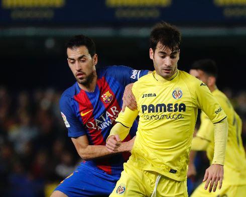 Sergio Busquets trata de detener a Manu Trigueros durante una de las jugadas del partido. (Foto Prensa Libre: AFP)
