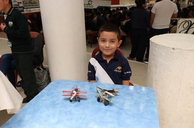 : Los niños también estuvieron presentes con sus inventos de aviones o vehículos de juguete.  (Foto Prensa Libre: María José Longo)