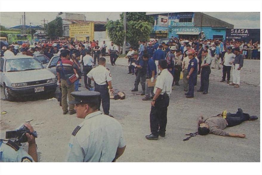 15/8/2001 Escena del crimen donde fueron asesinados cuatro prófugos en la zona 7. (Foto: Hemeroteca PL)