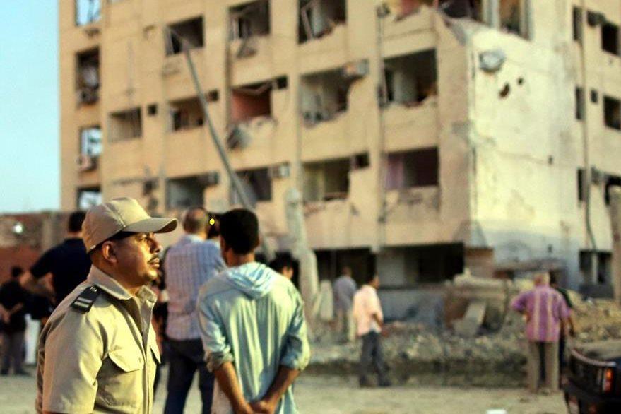 Escena donde el pasado 19 de agosto estalló un carrobomba y dejó casi 30 heridos en Egipto. (Foto Prensa Libre: EFE).