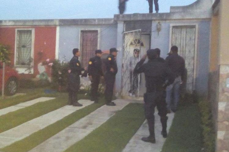 Una de las viviendas allanadas por las fuerzas de seguridad, en la que no se halló ningún ilícito. (Foto Prensa Libre: PNC)
