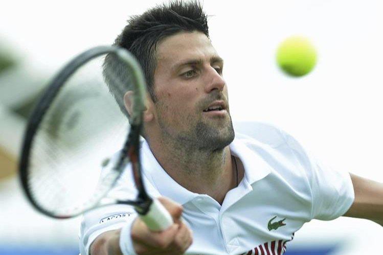 El tenista serbio Novak Djokovic, devuelve la bola al ruso Daniil Medvedev. Semifinal del torneo Aegon en Eastbourne. (Foto Prensa Libre: EFE)