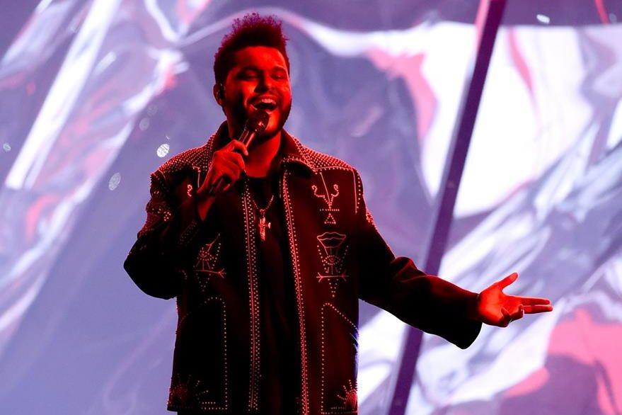 El artista canadiense The Weeknd también se presentó en los AMA. (Foto Prensa Libre: AFP).