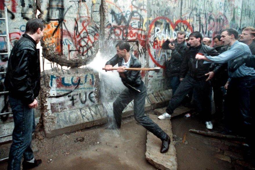 La imagen de un hombre dando martillazos al muro de Berlín tras la reunificación de Alemania en 1990 es icónica. La caída del muro marcó el fin de la guerra fría entre oriente y occidente. (Foto: Guioteca.com).