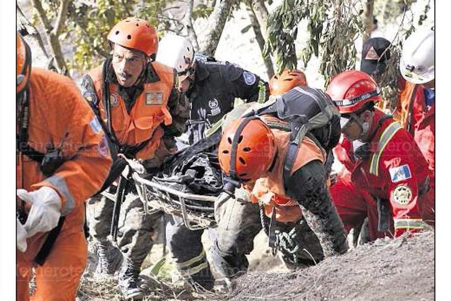 Rescatistas recuperan el cuerpo de una persona que murió soterrada en Barranca Grande, San Marcos el 9/11/2012. (Foto: Hemeroteca PL)