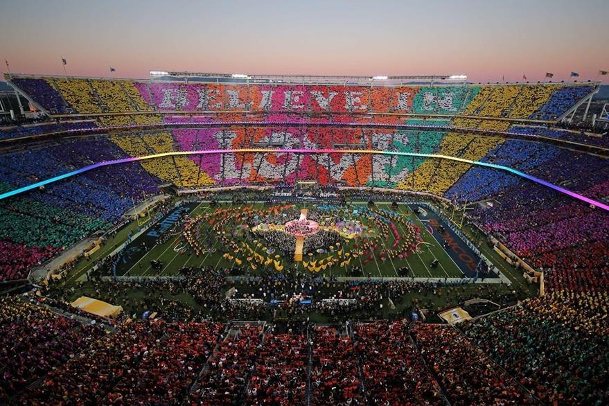 Durante el medio tiempo del partido, mensajes de amor fueron escritos en los graderíos del estadio.  (Foto Prensa Libre: Hemereteca PL)