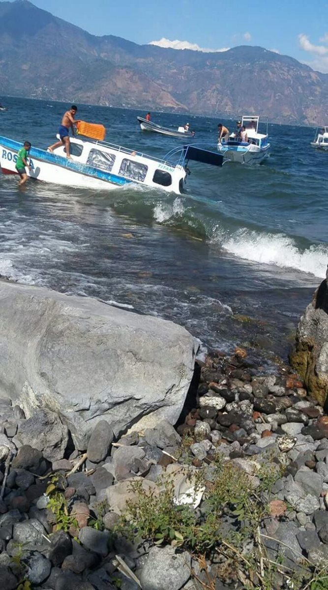 La lancha transportaba al menos a 16 personas cuando tuvo el percance. (Foto Prensa Libre: Cortesía Conred)