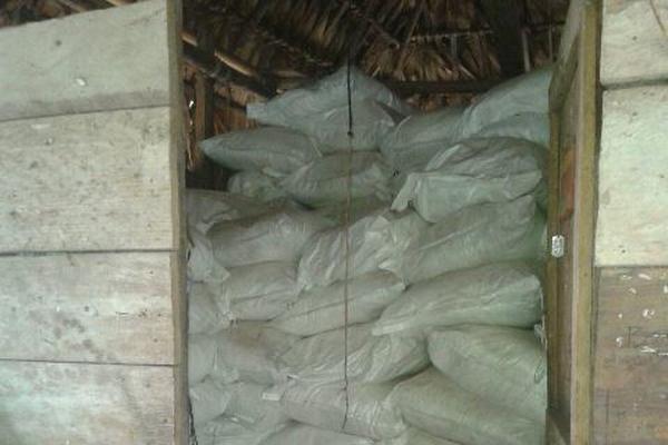 Los sacos fueron hallados en el interior de una covacha. (Foto Prensa Libre)