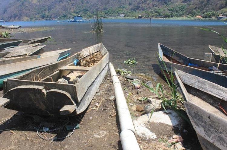 Algunos vecinos están a favor y otros en contra de la extracción de agua del Lago.(Prensa Libre: Ángel Julajuj)