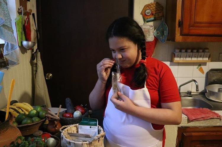 Emily es estricta con la cantidad exacta que debe utilizar para cada receta (Foto Prensa Libre: María José Longo).