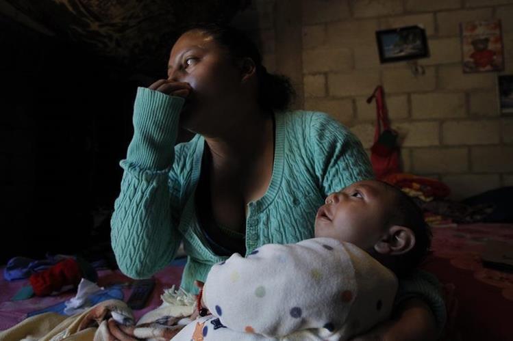 Paula Polanco es una de las madres que dio a luz un bebé con microcefalia, en Jutiapa. Aún no ha obtenido ayuda para los exámenes de su hijo. (Foto Prensa Libre: Paulo Raquec)